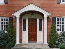 Μπροστινή πόρτα με την κάλυψη σκεπαστών εισόδων πρόσοψης στοκ εικόνες με δικαίωμα ελεύθερης χρήσης