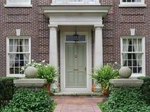 Μπροστινή πόρτα με τις στήλες Στοκ Εικόνες