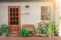 Μπροστινή πόρτα με το μικρό όμορφο σπίτι κήπων τόσο Στοκ Φωτογραφία