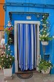 Μπροστινή πόρτα σπιτιού με την κουρτίνα, Burano, Βενετία Στοκ εικόνες με δικαίωμα ελεύθερης χρήσης