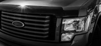 Μπροστινή σχάρα φορτηγών με τους προβολείς στοκ εικόνες