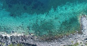 Μπροστινή υπερυψωμένη κεραία στην άγρια ακτή Μεσογείων, μπλε νερό Το περιβάλλον φύσης ταξιδεύει υπαίθρια το establisher, Ιταλία απόθεμα βίντεο