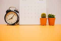 Μπροστινή όψη ρολόι, ημερολόγιο και εγκαταστάσεις που τοποθετούνται στην κίτρινη επιτραπέζια ΤΣΕ Στοκ εικόνα με δικαίωμα ελεύθερης χρήσης