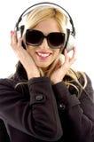 Μπροστινή όψη της μουσικής ακούσματος γυναικών χαμόγελου Στοκ εικόνες με δικαίωμα ελεύθερης χρήσης