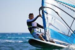 Μπροστινή όψη της νέας κινηματογράφησης σε πρώτο πλάνο windsurfer Στοκ Εικόνες
