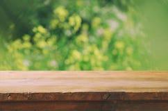 Μπροστινοί αγροτικοί ξύλινοι πίνακες και αφηρημένο δασικό υπόβαθρο που φιλτράρεται τρύγος και που τονίζεται Στοκ Εικόνες