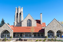 Μπροστινοί είσοδοι εκκλησιών και πύργος κουδουνιών στοκ φωτογραφία