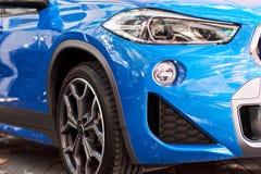 Μπροστινός προβολέας ενός μπλε αυτοκινήτου στοκ εικόνες με δικαίωμα ελεύθερης χρήσης