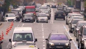 Μπροστινός πυροβολισμός των οχημάτων που οδηγούν αργά στην κυκλοφοριακή συμφόρηση στο δρόμο πόλεων απόθεμα βίντεο