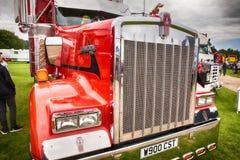Μπροστινός στενός επάνω φορτηγών Kenworth κόκκινος Στοκ εικόνα με δικαίωμα ελεύθερης χρήσης