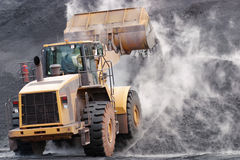 Μπροστινός φορτωτής που πετά το ορυκτό υλικό στο σωρό Στοκ εικόνα με δικαίωμα ελεύθερης χρήσης