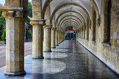 Μπροστινό βήμα του μεσαιωνικού παλατιού με την προοπτική των archs Στοκ Φωτογραφίες