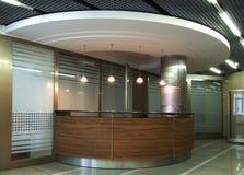 Μπροστινό γραφείο με την παραλαβή στο ύφος υψηλής τεχνολογίας Στοκ Φωτογραφίες