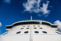 Μπροστινό διάφραγμα ενός ογκώδους κρουαζιερόπλοιου Στοκ εικόνα με δικαίωμα ελεύθερης χρήσης