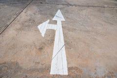 Μπροστινό και αριστερό σημάδι βελών στο στρωμένο δρόμο, βέλος στο δρόμο POI Στοκ εικόνες με δικαίωμα ελεύθερης χρήσης