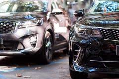 Μπροστινό μέρος μαύρα και γκρίζα αυτοκίνητα στοκ φωτογραφίες