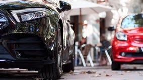 Μπροστινό μέρος μαύρα και κόκκινα αυτοκίνητα στοκ εικόνα