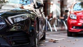 Μπροστινό μέρος μαύρα και κόκκινα αυτοκίνητα στοκ φωτογραφίες με δικαίωμα ελεύθερης χρήσης