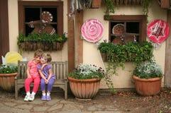 μπροστινό παιχνίδι κοριτσιών εξοχικών σπιτιών Στοκ Εικόνα