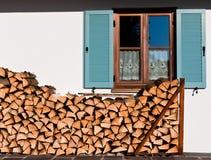 μπροστινό παράθυρο στοιβών κούτσουρων Στοκ φωτογραφία με δικαίωμα ελεύθερης χρήσης
