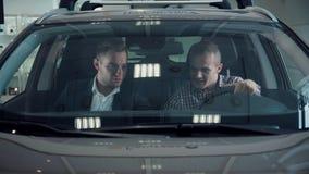 Μπροστινό παράθυρο του αυτοκινήτου στην αίθουσα εκθέσεως Στοκ Φωτογραφίες