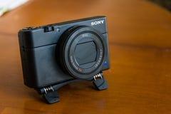 Μπροστινό προϊόν Δεκέμβριος κινηματογραφήσεων σε πρώτο πλάνο της Sony RX100IV νέο συνημμένο τρίποδο στοκ εικόνες