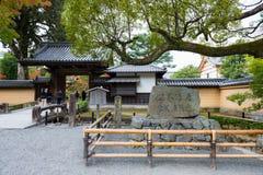 Μπροστινό χρυσό παλάτι Kinkakuji πυλών Στοκ Φωτογραφίες