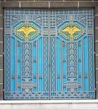 Μπροστινό όμορφο παλαιό κτήριο ευρωπαϊκός-ύφους Παλαιές πόρτες σύγχρονες, όμορφες και ισχυρές Στοκ εικόνα με δικαίωμα ελεύθερης χρήσης