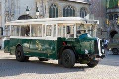 ΜΠΡΥΖ, ΔΥΣΗ FLANDERS/BELGIUM - 25 ΣΕΠΤΕΜΒΡΊΟΥ: Παλαιό λεωφορείο στην αγορά Στοκ φωτογραφίες με δικαίωμα ελεύθερης χρήσης