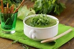 Μπρόκολο σούπας κρέμας με τα πράσινα arugula Στοκ εικόνες με δικαίωμα ελεύθερης χρήσης