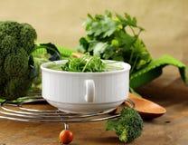 Μπρόκολο σούπας κρέμας με τα πράσινα arugula Στοκ Εικόνες