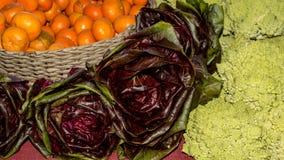 Μπρόκολο Romanesco, κόκκινο βουτύρου μαρούλι και cutties στους αγρότες μΑ Στοκ φωτογραφία με δικαίωμα ελεύθερης χρήσης