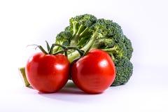 Μπρόκολου ντοματών κόκκινη πράσινη ομάδα τροφίμων λαχανικών φρέσκια που απομονώνεται Στοκ φωτογραφία με δικαίωμα ελεύθερης χρήσης
