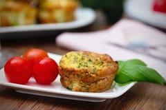 Μπρόκολου muffin και σταφυλιών ντομάτες Στοκ Φωτογραφίες