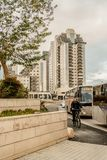 ΜΠΥΡΑ SHEVA, ΙΣΡΑΉΛ - 21 ΙΑΝΟΥΑΡΊΟΥ 2018: Άποψη σχετικά με το bicycler και το σύγχρονο κτήριο στην μπύρα Sheva στοκ φωτογραφίες