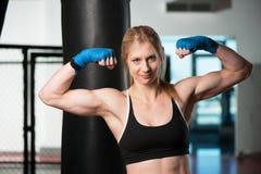 Μπόξερ γυναικών που παρουσιάζει μυς της Στοκ εικόνα με δικαίωμα ελεύθερης χρήσης