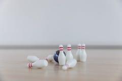 Μπόουλινγκ δάχτυλων με τα παιχνίδια παιδιών ` s στοκ φωτογραφία
