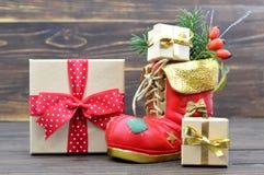Μπότα Χριστουγέννων και δώρα Χριστουγέννων Στοκ φωτογραφίες με δικαίωμα ελεύθερης χρήσης