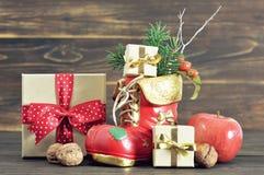 Μπότα Χριστουγέννων και δώρα Χριστουγέννων Στοκ Εικόνες