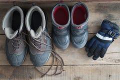 Μπότες ενηλίκων και χιονιού παιδιών με τα γάντια Στοκ εικόνα με δικαίωμα ελεύθερης χρήσης