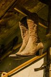 Μπότες κάουμποϋ γυναικών ` s Ατμόσφαιρα της επαρχίας στοκ φωτογραφία