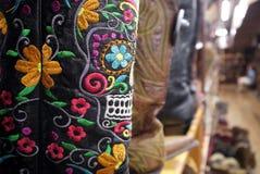 Μπότες κάουμποϋ: Μεξικάνικη λεπτομέρεια κρανίων κεντητικής Στοκ φωτογραφία με δικαίωμα ελεύθερης χρήσης