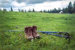 μπότες και πόλοι οδοιπορίας στοκ εικόνα με δικαίωμα ελεύθερης χρήσης