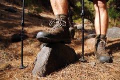 μπότες που η οδοιπορία ιχνών ατόμων στοκ φωτογραφία με δικαίωμα ελεύθερης χρήσης