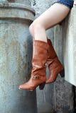 μπότες που φορούν τη γυναί&k Στοκ φωτογραφία με δικαίωμα ελεύθερης χρήσης