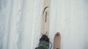 Μπότες σκι που καθορίζονται στο σκι στο χιόνι κορυφαία όψη συνδετήρας Σκιέρ που βλέπει άνωθεν απόθεμα βίντεο