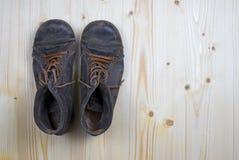 Μπότες στο επίπεδο ξύλο πεύκων 1 στοκ εικόνες