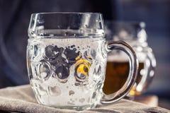 Μπύρα Δύο κρύες μπύρες Μπύρα σχεδίων Αγγλική μπύρα σχεδίων μπύρα χρυσή Χρυσή αγγλική μπύρα Χρυσή μπύρα δύο με τον αφρό στην κορυφ Στοκ Εικόνες