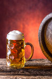 Μπύρα Δύο κρύες μπύρες Μπύρα σχεδίων Αγγλική μπύρα σχεδίων μπύρα χρυσή Χρυσή αγγλική μπύρα Χρυσή μπύρα δύο με τον αφρό στην κορυφ Στοκ εικόνα με δικαίωμα ελεύθερης χρήσης
