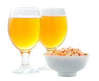 Μπύρα και αλατισμένα φυστίκια Στοκ εικόνα με δικαίωμα ελεύθερης χρήσης